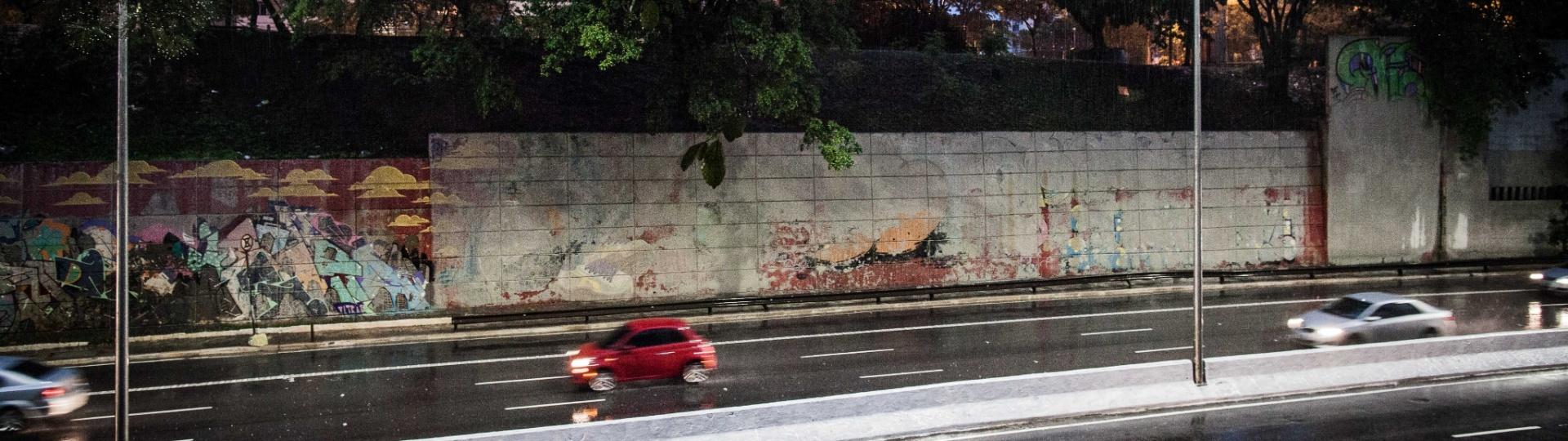 21.jan.2017 - Pintura feita pela prefeitura para cobrir grafites na avenida 23 de Maio desbotam com a chuva