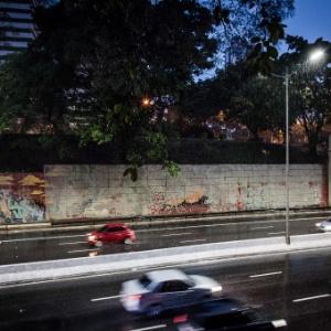 21.jan.2017 - Pintura feita pela prefeitura para cobrir grafites na avenida 23 de Maio desbota com a chuva