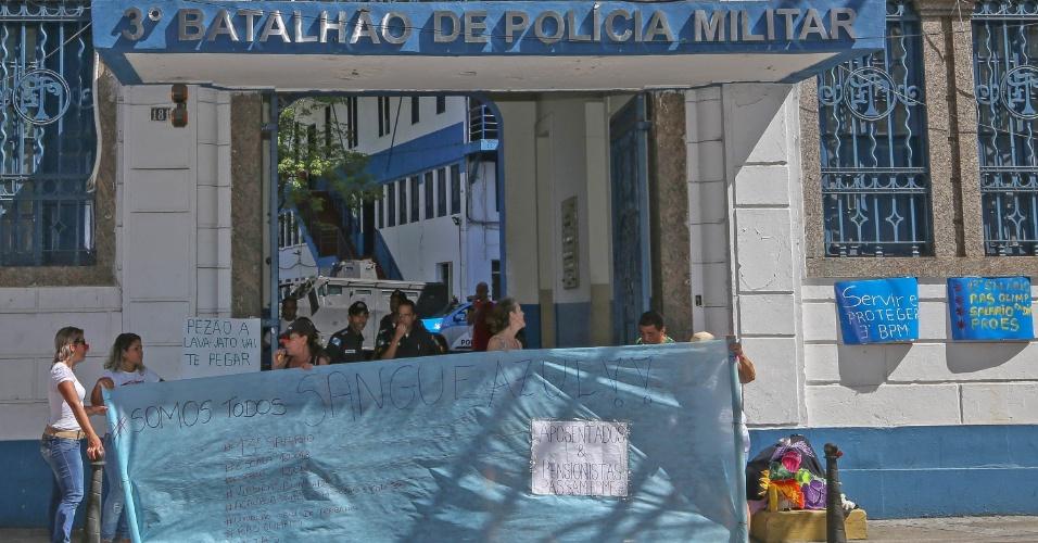 10.fev.2017 - Parentes de policiais militares também protestam em frente ao 3º Batalhão de Polícia Militar, no Meier. O grupo reivindica melhores salários e condições de trabalho para os agentes, cobram o 13° pagamento de 2016 e gratificações atrasadas