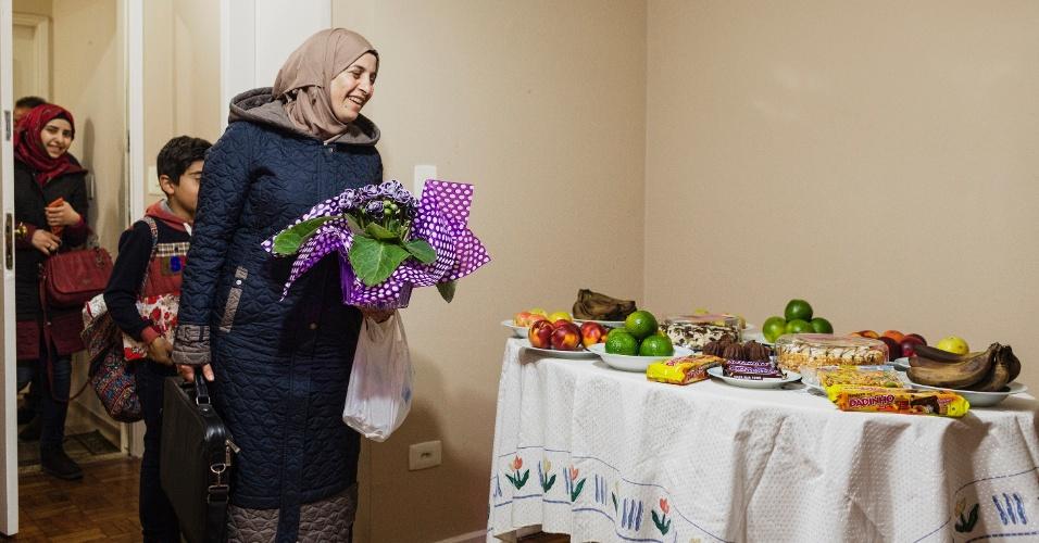 13.mar.2017 - A família síria Alkhaled chega a seu apartamento na zona sul de São Paulo após o desembarque da família no Brasil