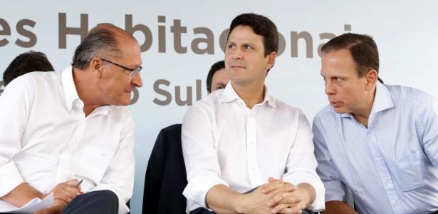 Os tucanos Geraldo Alckmin (e), governador de São Paulo, Bruno Araújo (c), ministro das Cidades, e João Doria, prefeito de São Paulo, participam de entrega de unidades habitacionais em SP