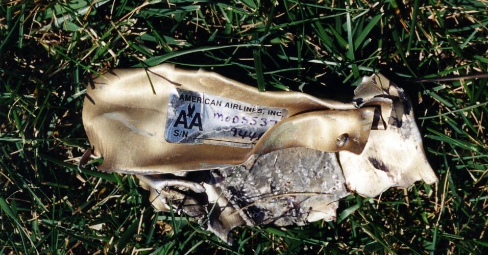 Peça do avião da American Airlines usada no atentado realizado pela Al-Qaeda contra o Pentágono. O voo 77, que fazia a rota entre Washington DC e Los Angeles, era feito em um Boeing 757-223 e levava 64 pessoas, incluindo seis tripulantes e os cinco sequestradores