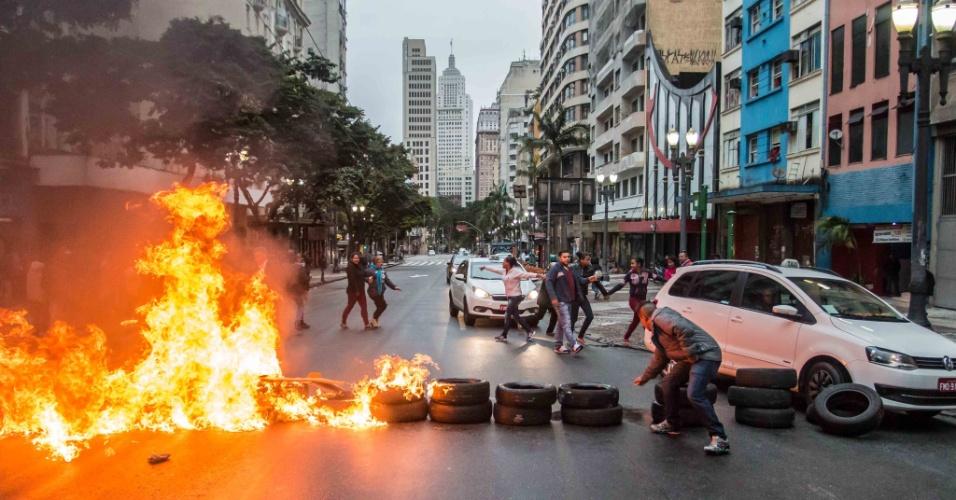 28.abr.2017 - Manifestantes colocam fogo em pneus no cruzamento da avenida Ipiranga com a avenida São João, na região central de São Paulo