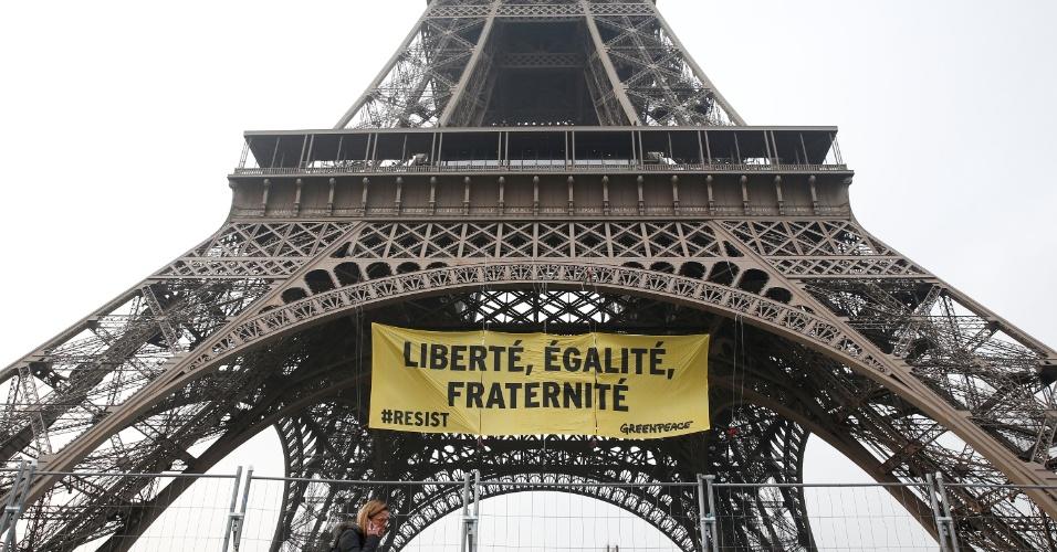 5.mai.2017 - Ativistas do Greenpeace colocam cartaz gigante na Torre Eiffel, em Paris, contra o voto na Frente Nacional da candidata Marine Le Pen