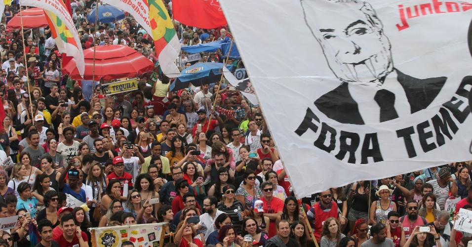 28.mai.2017 - Um ato convocado pela classe artística reúne manifestantes na orla da praia de Copacabana, na zona sul do Rio de Janeiro. O movimento pede a saída do presidente Temer e eleições diretas