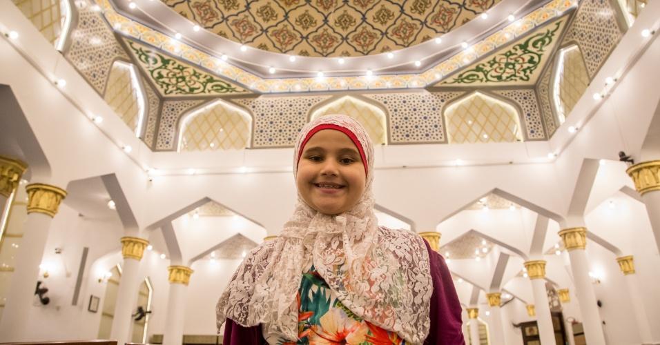 """7.jun.2017 - Maryam Metwally, 9, na Mesquita Brasil, em São Paulo, durante cerimônia do Ramadã. Ela é filha do """"sheikh"""" egípcio Abdel Hamid Metwally e estuda na Escola Islâmica Brasileira"""
