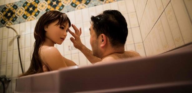 O fisioterapeuta Masayuki Ozaki toma um banho com sua boneca de silicone Mayu