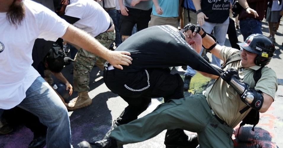 12.ago.2017 - Grupos de extrema-direita e antiracismo entram em confronto em Charlottesville, na Virgínia (EUA)