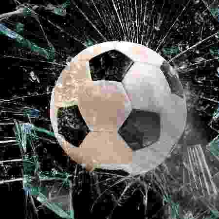 Vidro quebrado por bola de futebol - Getty Images