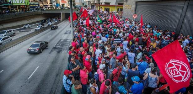 19.set.2017 - Integrantes do MTST fazem ato em frente a prédio do Ministério da Fazenda, em SP