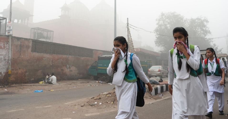 8.nov.2017 - Estudantes cobrem o rosto para se protegerem do ar poluído em Nova Déli. Os episódios de poluição são recorrentes no outono e inverno em Nova Déli, que a OMS classificou em 2014 como a cidade mais contaminada do mundo