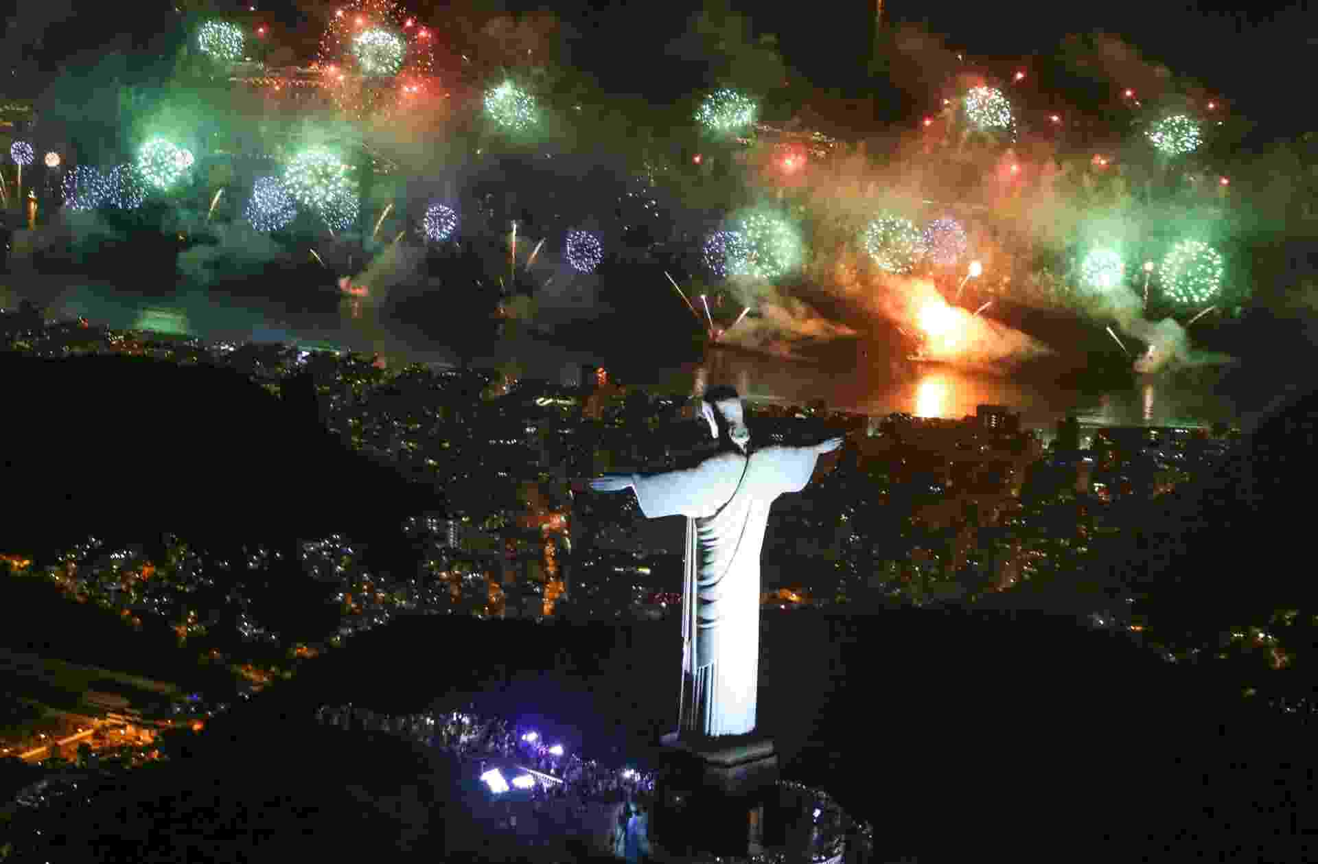 Um público recorde lotou a orla de Copacabana: 2,4 milhões de pessoas, segundo a Riotur. A multidão assistiu a 17 minutos de queima de fogos. Na capital fluminense, 90% dos hotéis ficaram ocupados - Fernando Maia/Riotur