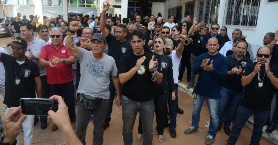 3.jan.2018 - Cerca de 150 policiais civis realizaram protesto na manhã desta quarta-feira, na sede da Polícia Civil, em Natal. Eles usavam algemas. Os policiais se recusaram a voltar ao trabalho e se entregaram para ser presos nesta manhã