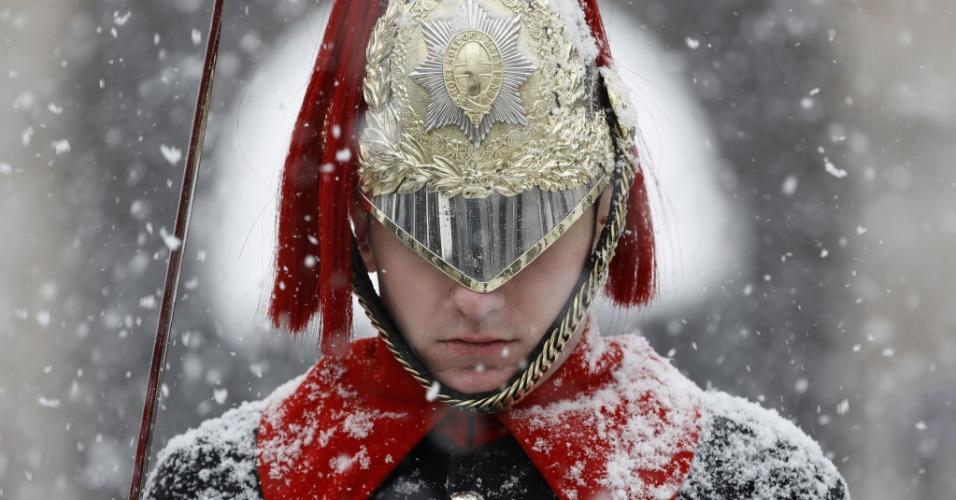 28.fev.2018 - Neve cai sobre membro do regimento montado em cavalaria doméstica, em Whitehall, no centro de Londres