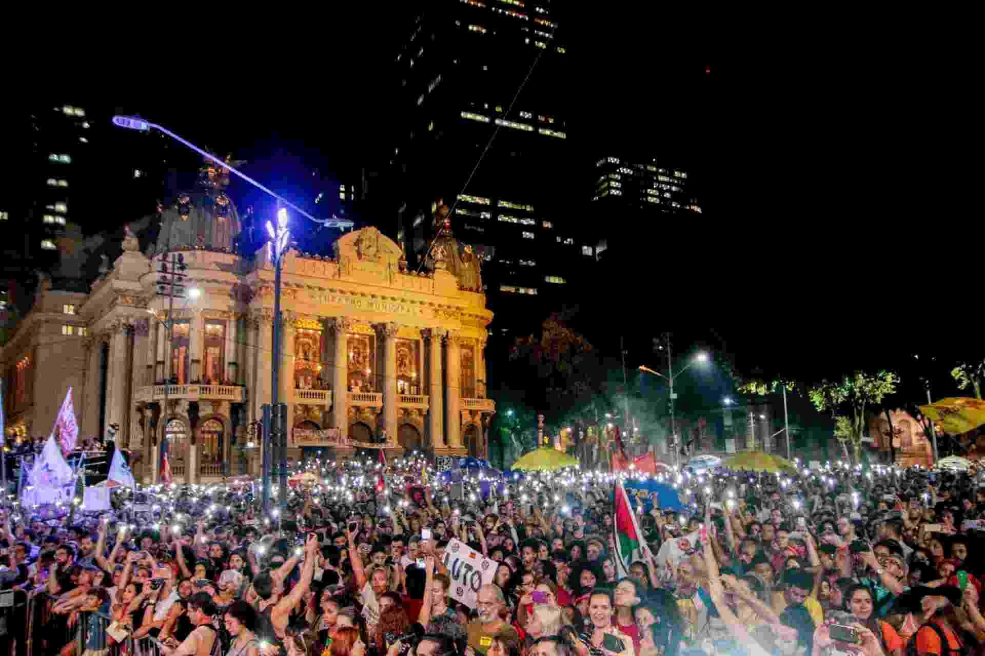 20.mar.2018 - Multidão se reúne na região central do Rio de Janeiro para participar de ato que marca o sétimo dia de morte da vereadora Marielle Franco (PSOL/RJ) e do seu motorista Anderson Gomes - Rudy Trindade/FramePhoto/Folhapress