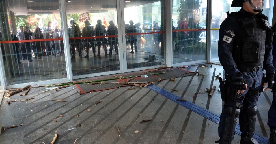 """10.abr.2018 - Cerca de 700 alunos da Universidade de Brasília (UnB) fazem manifestação no período da tarde desta terça-feira, 10, em frente ao prédio do Ministério da Educação (MEC), na Esplanada dos Ministérios. Os alunos, apoiados por servidores da universidade, protestam contra o corte no orçamento da UnB. A Polícia Militar bloqueia as entradas do ministério. Os estudantes ameaçaram ocupar o prédio e picharam a sede do MEC com dizeres como """"Abaixo os cortes"""""""