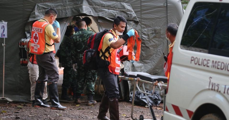 8.jul.2018 - Militares e equipe de resgate próximos à tenda de quarentena montada para os meninos serem avaliados após terem sidos retirados da caverna em Chiang Rai