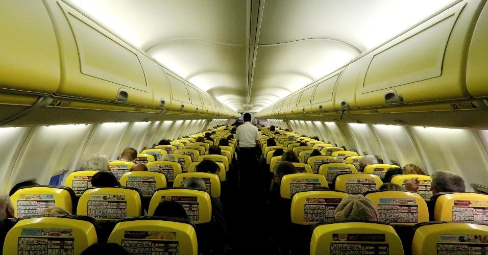 13.jan.18 - Tripulante serve refeição de bordo em voo da Ryanair de Madri para Bergamo