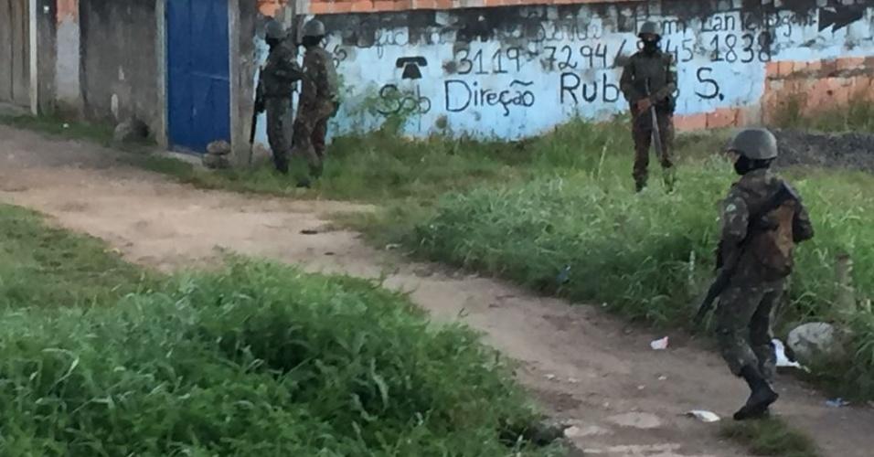 29.ago.2018 - Forças de segurança fazem operação em São Gonçalo