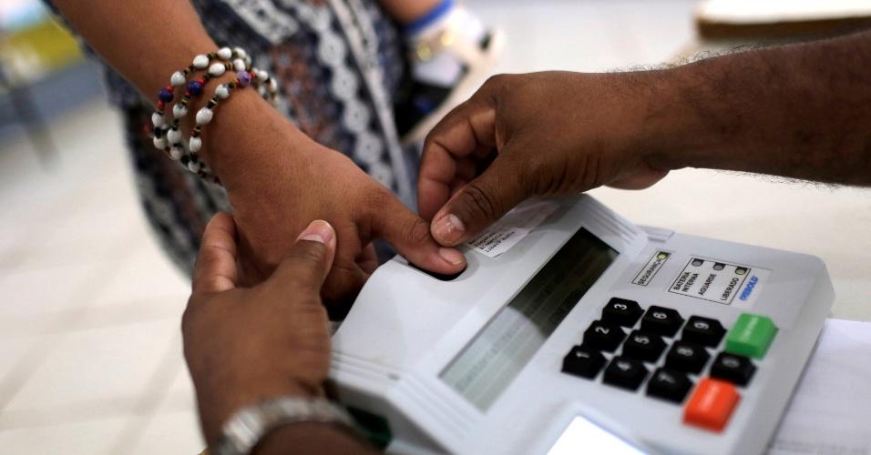 Eleitora vota com auxílio de biometria em São Sebastião do Cuieiras (AM)