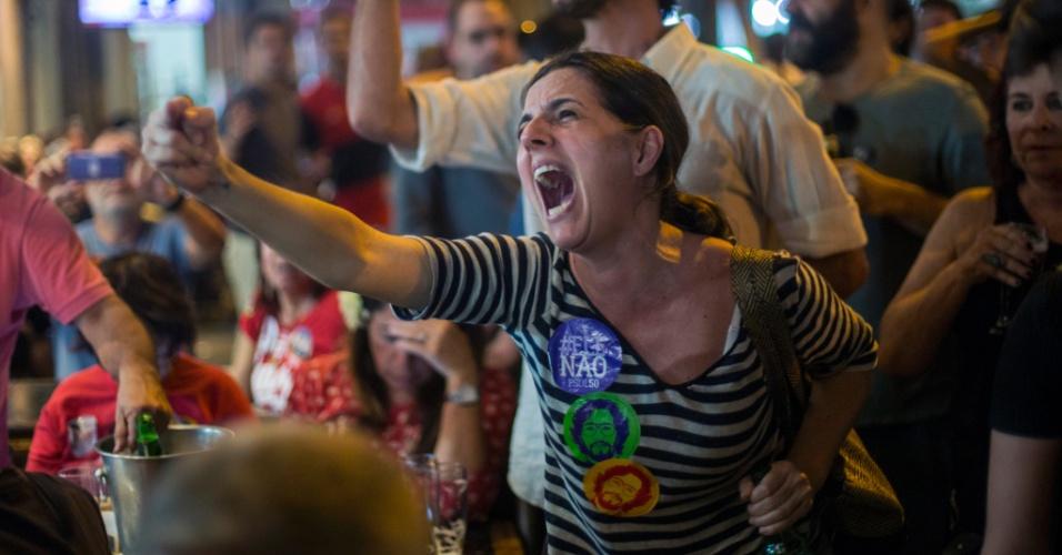 Simpatizantes do PT acompanham a apuração dos votos em um bar, no bairro Laranjeiras, na zona sul do Rio de Janeiro