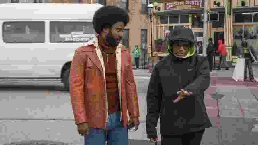 """Spike Lee (à dir.) e John David Washington, que faz o papel de Ron Stallworth, no set de filmagens de """"Infiltrado na Klan"""" - Universal"""