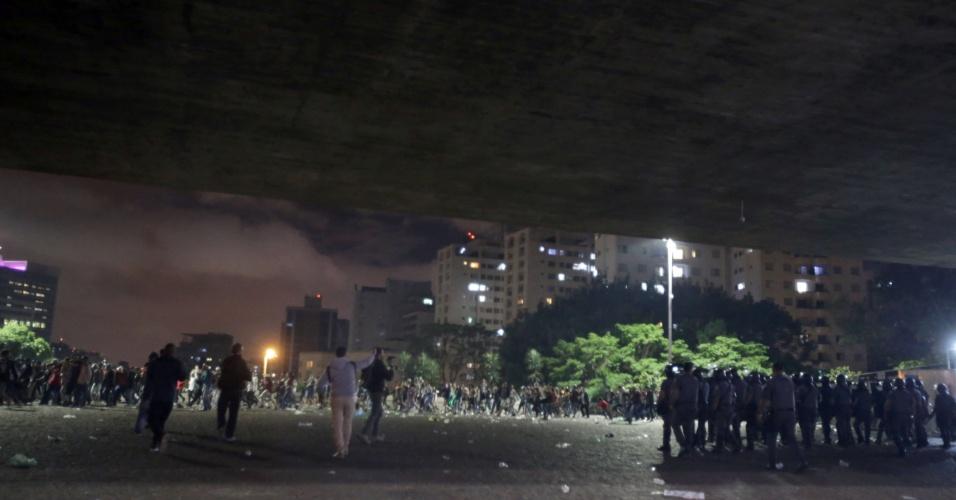 28.out.2018 - A polícia de São Paulo tenta conter confusão entre simpatizantes de Jair Bolsonaro e eleitores de Fernando Haddad na avenida Paulista