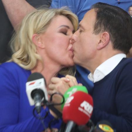 Doria beija a mulher Bia após vencer as eleições para governo de SP - Alex Silva/Estadão Conteúdo