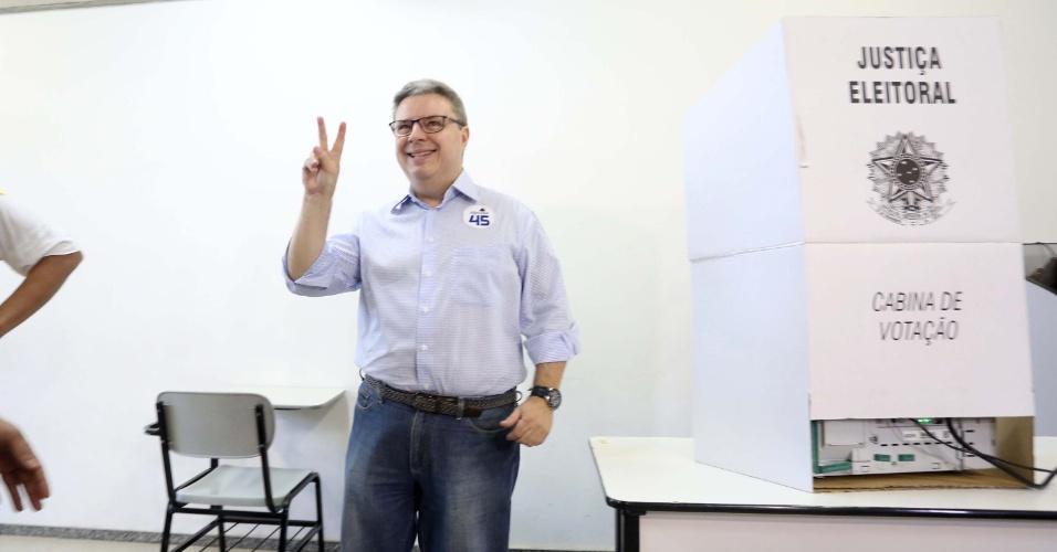 28.out.2018 - O candidato ao Governo de Minas, Antonio Anastasia (PSDB) vota no segundo turno das Eleições 2018 no Colégio Arnaldo, no bairro Anchieta, em Belo Horizonte (MG)