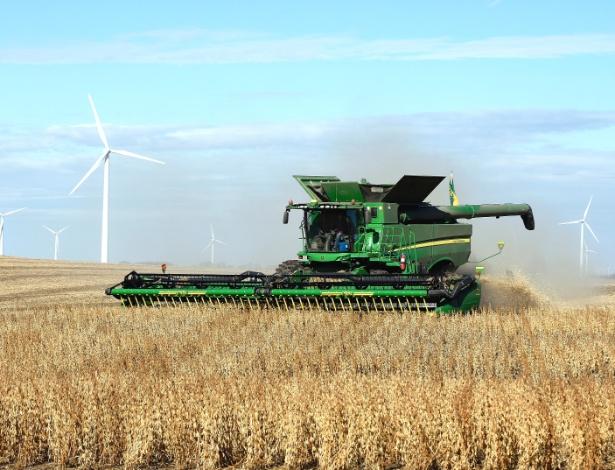 Colheita de soja ao sul de Luverne, Dakota no Norte