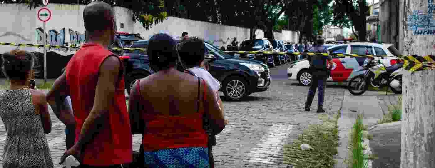 Moradores de Suzano veem movimentação de policiais na escola Professor Raul Brasil, local onde atiradores mataram cinco estudantes e dois funcionários antes de cometerem suicídio - 13.mar.2019 - Gero Rodrigues/Ofotográfico/Folhapress