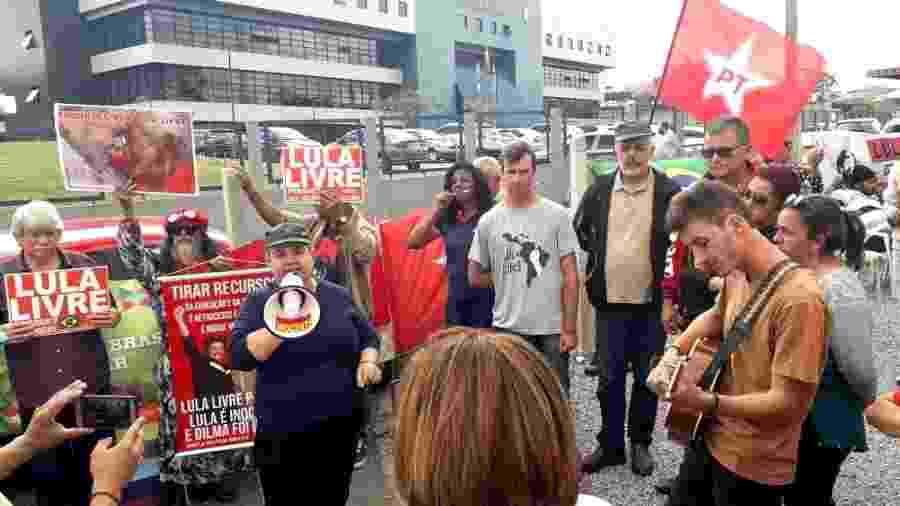 Manifestantes em frente à sede da PF em Curitiba após o anúncio da transferência de Lula - Vinícius Konchinski/UOL