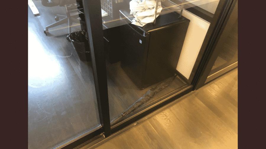 Guarda-chuva trava porta de empresa e vira dilema para internautas resolverem - Reprodução/Twitter