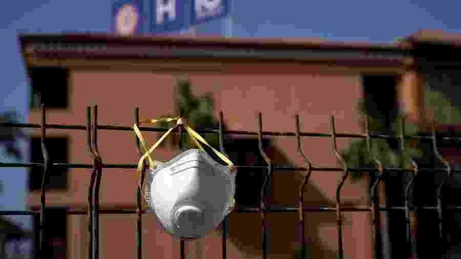 Máscara de proteção é colocada em frente a hotel fechado na Espanha por surto de covid-19, o novo coronavírus - Juan Medina/Reuters