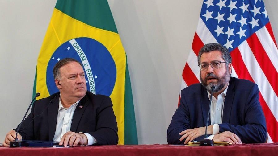 O ex-secretário de Estado dos EUA Mike Pompeo e o chanceler Ernesto Araújo, em reunião no ano passado - Bruno Mancinelle/IOM/Pool via Reuters
