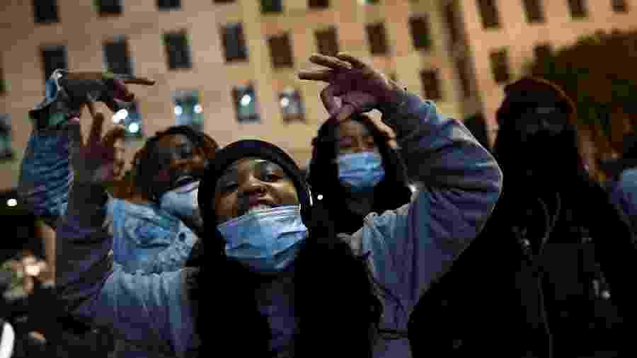 A luta nos Estados Unidos e no Brasil: uma brutalidade comum une os países com passado escravagista. Na foto, manifestantes dos protestos pela morte do americano George Floyd - Hannah McKay/Reuters