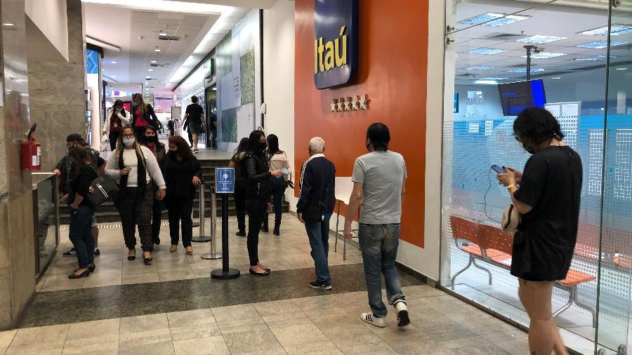 Pessoas fazem fila para medição de temperatura em shopping em São Paulo - Lucas Borges Teixeira/UOL