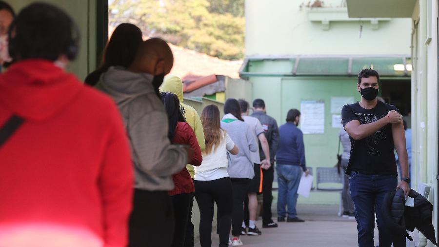 Pessoas formam fila para se vacinarem na UBS Dr. Sigmund Freud, zona sul de São Paulo - Rivaldo Gomes/Folhapress