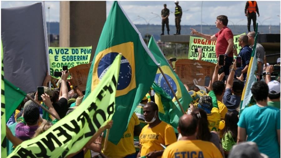 """Bolsonaro discursa em Brasília em frente ao QG do Exército, em ato em favor de uma intervenção militar no Brasil, no dia 19 de abril de 2020. Estava no poder havia menos de 16 meses. O golpismo é sua linguagem cotidiana. A cada hora ele tem um pretexto novo. Ah, sim: referindo-se ao centrão, afirmou nesse discurso que acabou a era da """"patifaria"""" - Pedro Ladeira/Folhapress"""