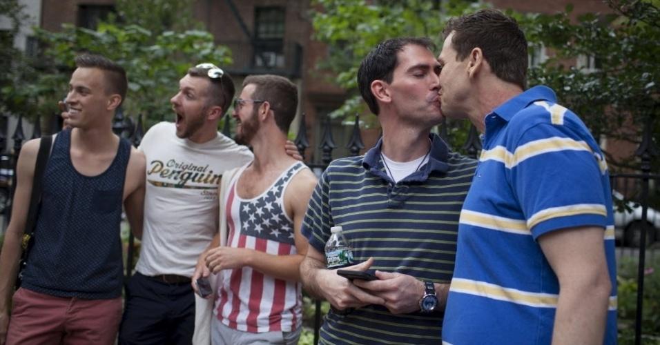26.jun.2015 - Casal se beija após a Suprema Corte dos Estados Unidos decidir que a Constituição do país garante aos casais homossexuais o direito de se casarem, no bairro de Greenwich Village, em Nova York