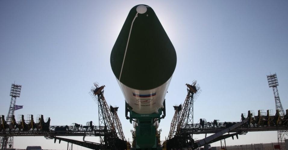 1º.jul.2015 - O cargueiro Progress M-28M da Rússia é montado em uma plataforma de lançamento no Cosmódromo de Baikonur, no Cazaquistão. A Rússia se prepara para lançar a nave que irá reabastecer a Estação Espacial Internacional (ISS, na sigla em inglês), após o foguete não tripulado Falcon-9 ter explodido no ar logo depois de ser lançado da base de Cabo Canaveral, na Flórida