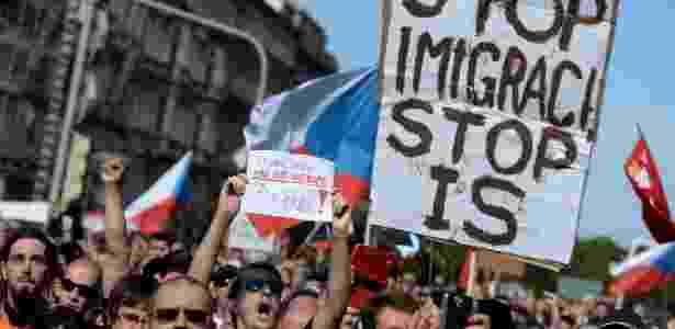Tchecos seguram cartazes em protesto contra os imigrantes que chegam à Europa - Michal Cizek/ AFP Photo - 12.set.2015