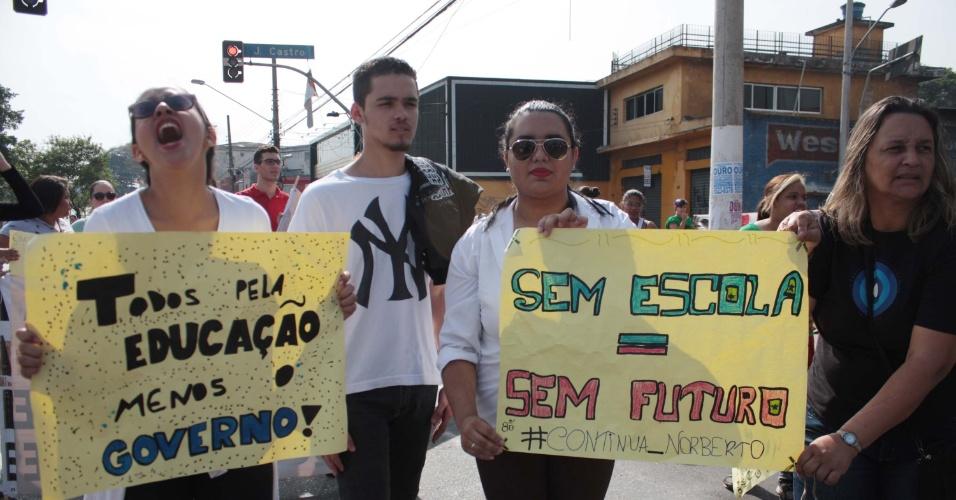8.out.2015 - Alunos da rede estadual de ensino protestam na manhã desta quinta-feira (8) na Estrada do M'Boi Mirim, zona sul de São Paulo,  contra a reorganização e fechamento de escolas em 2016