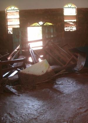 Até o interior da Igreja de Nossa Senhora Aparecida, no povoado de Ponte do Gama, foi invadido pela lama - Associação Comunitária de Moradores e Amigos de Ponte do Gama