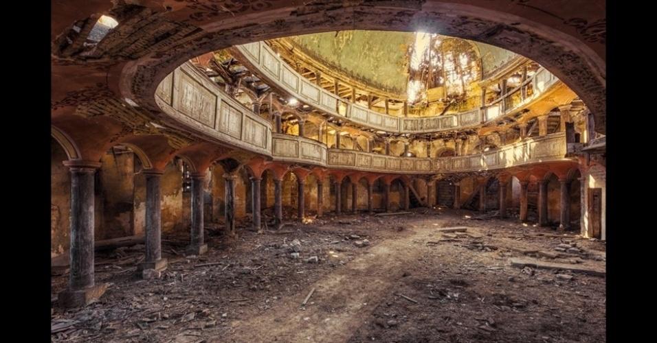 23.nov.2015 - O fotógrafo alemão Christian Richter passou a adolescência explorando construções abandonadas na antiga Alemanha soviética. Quando adulto, o passatempo tornou-se profissão e agora ele usa uma câmera para captar a decadência desses locais.