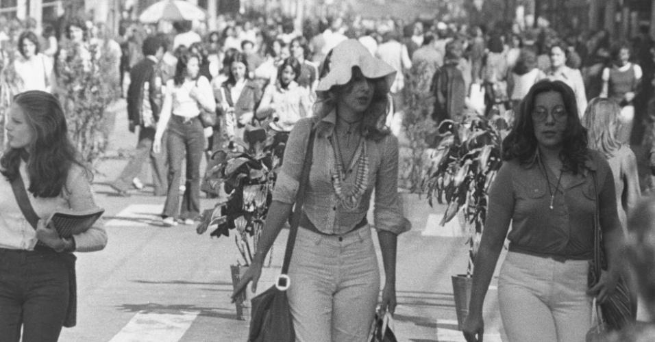 30.jun.1973 - Pedestres caminham pela rua Augusta em dia de teste com a via fechada para veículos
