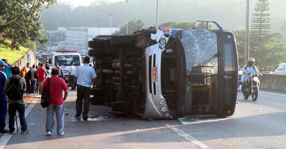2.fev.2016 - Ônibus tomba na rodovia Raposo Tavares, na pista sentido interior, altura da Granja Viana, em Cotia (SP). Duas faixas da via ficaram interditadas na altura do km 24