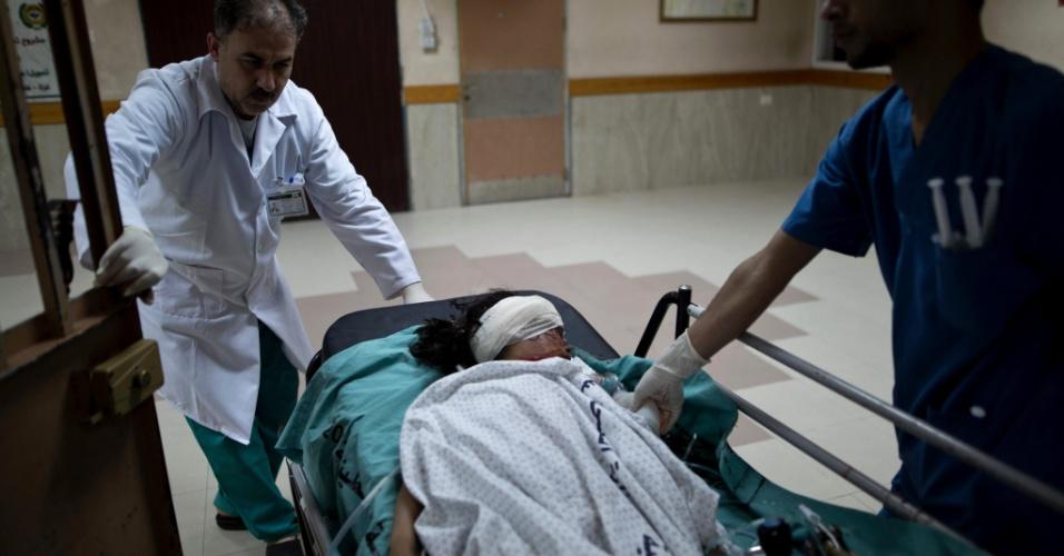 12.mar.2016 - Médicos palestinos atendem a menina Israa Abu Khussa, 6, no hospital al-Shifa, na Cidade de Gaza, ferida em um ataque aéreo israelense sobre a faixa de Gaza. Segundo o ministro de Saúde de Gaza, Israel visava bases do Hamas, mas matou o irmão de Israa, de 12 anos, em Beit Lahiya. A família era vizinha de uma base da ala militar do Hamas, as brigadas Ezzedine al-Qassem. O ataque foi uma resposta a disparos de foguetes contra Israel