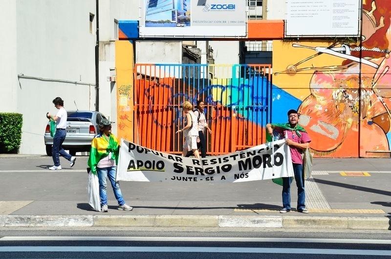 16.abr.2016 - Manifestantes pró-impeachment mantêm acampamento em frente ao prédio da Fiesp (Federação das Indústrias do Estado de São Paulo), na Avenida Paulista. Eles continuam com faixas e cartazes pedindo o afastamento da presidente Dilma Rousseff e em apoio ao juiz federal Sergio Moro e a Operação Lava Jato