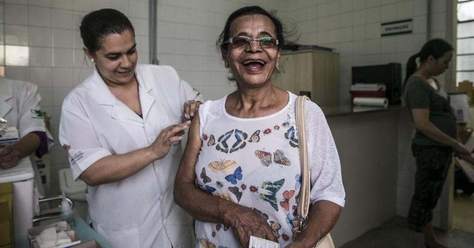 """20.abr.2016 - A aposentada Laura Alexandre Pereira toma vacina contra gripe na UBS no bairro do Bom Retiro, em São Paulo. """"Tomo todos os anos e posso dizer que não dói nada, é bem tranquilo"""", afirma. A vacina trivalente, distribuída na rede pública, combate os vírus tipo A H1N1, tipo A H3N2 e o vírus do tipo B, de gripe comum"""